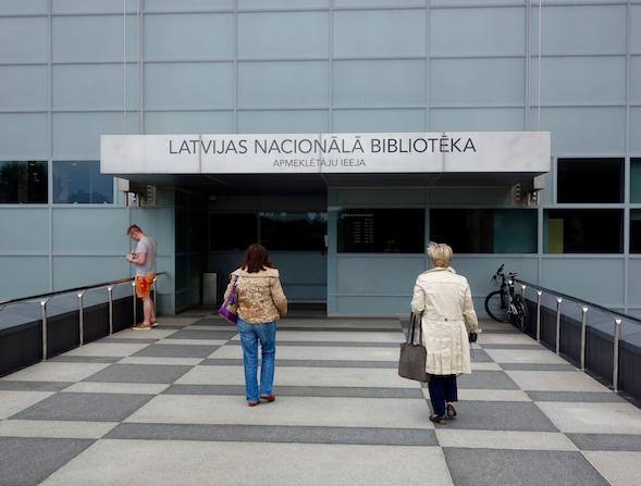 Vierailijoiden sisäänkäynti löytyi kirjaston takapuolelta, kun kesällä 2015 pääsisäänkäynti oli varattu EU-virkailijoille.