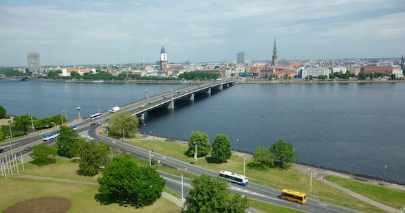 Kirjaston ikkunoista avautuu upea maisema Daugava-joen yli Rigan keskustaan.