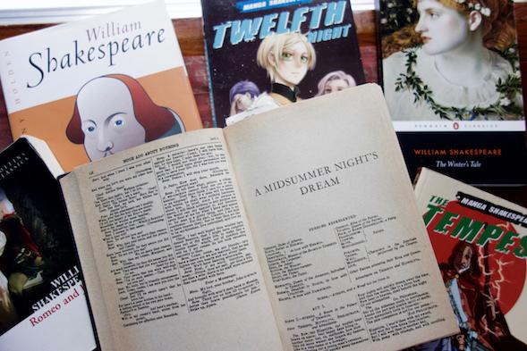Jutun lainaukset ovat The Complete Works of William Shakespeare -teoksesta vuodelta 1958. Kirre-tyttären hyllystä löytyi muitakin yksittäisiä Shakespearen teoksia, myös manga-muodossa.