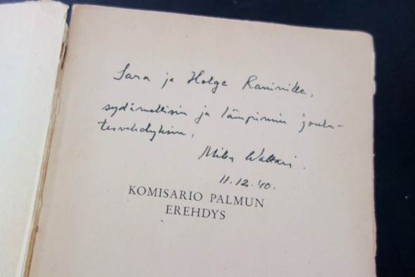 Mika Waltarin omistuskirjoitus Saara ja Helge Raninille jouluna 1940.