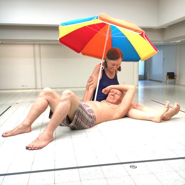 Ron Mueck: Couple under an Umbrella / Pariskunta varjon alla (2013)