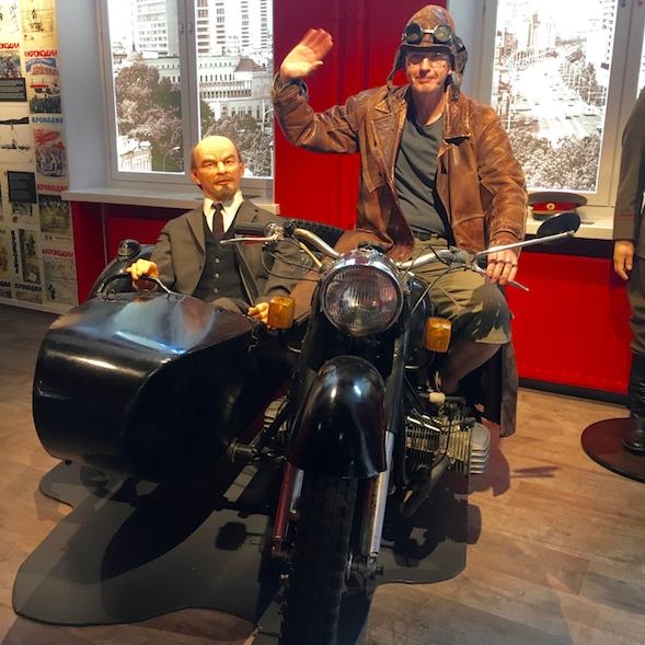 Museoasiakas kuvautti itsensä Leninin kanssa.
