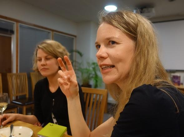 Tiina Piilola kertoi kirjastaan ja omista astrologisista kokeiluistaan S&S:n kirjallisessa illassa huhtikuussa.