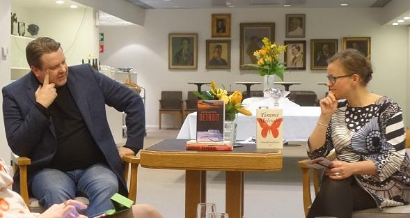 """Bloggariklubilla Melender kertoi Onellisuudesta -esseekirjansa lähtökohdista. Hänen edellisessä kirjassaan oli alajuoni, jossa käsiteltiin onnellisuusteollisuutta. """"Kierrätin esseekokoelmassa romaanista ylijäänyttä materiaalia."""" Haastattelijana Bloggariklubilla Anna-Riikka Carlson."""