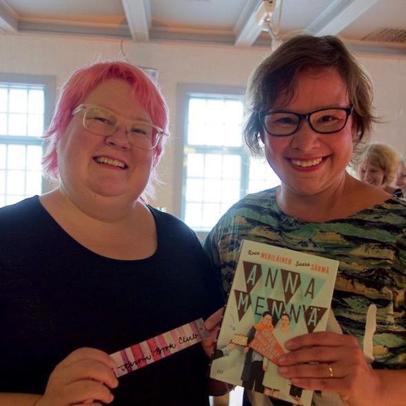 Saara ja Rosa, Anna mennä -kirja ja Kirsin Book Clubin kirjanmerkki.
