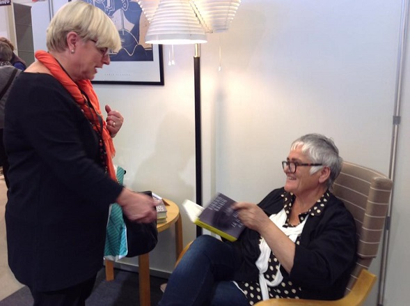 Airin messuhankintoja oli Pirkko Saision uusin Mies ja hänen asiansa. Hankinnan kruunasi kirjailijan omistuskirjoitus.