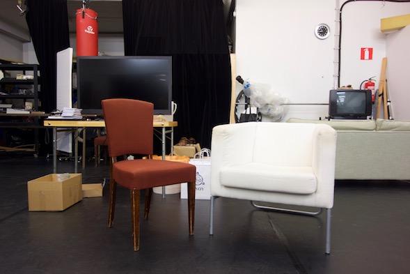 Kuvittele valkoisen tuolin reunalle istumaan metsänvihreään pukeutunut menninkäinen kippurakärkisissä lapikkaissaan.