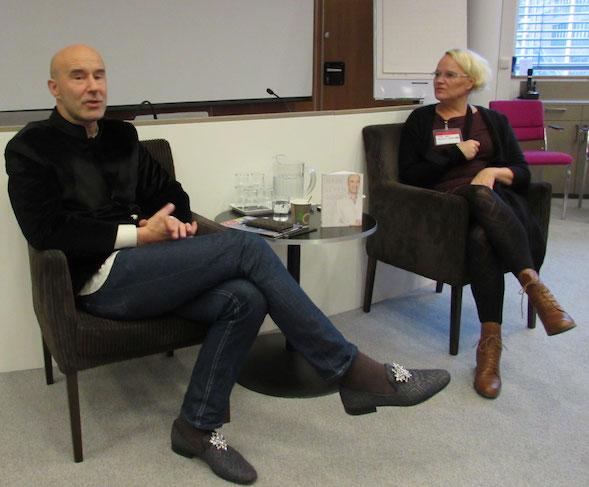 Mark Levengood ja S & S -kustantamon toimitusjohtaja Mari Koli.