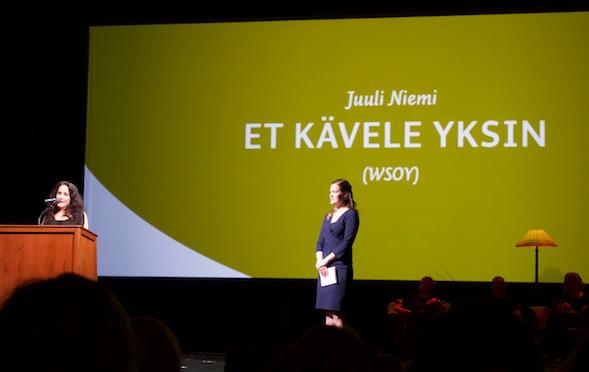 Voittaja Juuli Niemi kuuntelee yksin, kun diktaattori Vuokko Hovatta kertoo kirjan ansioista.