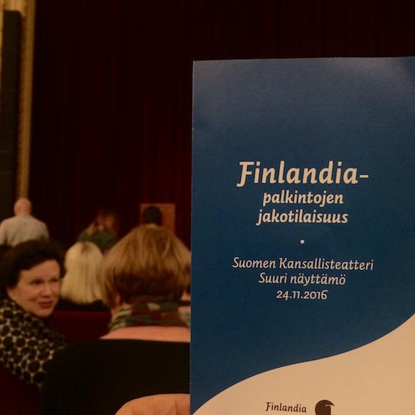 Finlandia-palkinnot jaettiin Kansallisteatterissa. Muutama rivi edessäni istui kirja-alan vaikuttaja, Filin tj Leena Majander