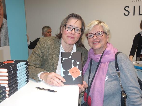 Kaksi hienoa kirjailijaa Lena Andersson ja Pirkko Saisio (takana) ja Airi.