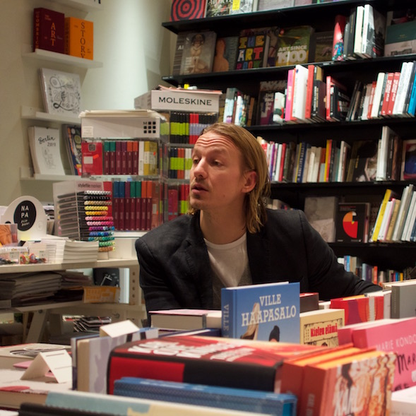 Joose Siira on yksivuotiaan Nide-kirjakaupan toinen omistaja.