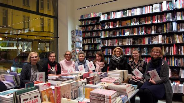 Kirsin Book Club kokoontui Nide-kirjakaupassa 16.1.2017, vasemmalta Marja, Raila, Piia, Sasu, Kirsi, Eija, Minna ja Pirjo.