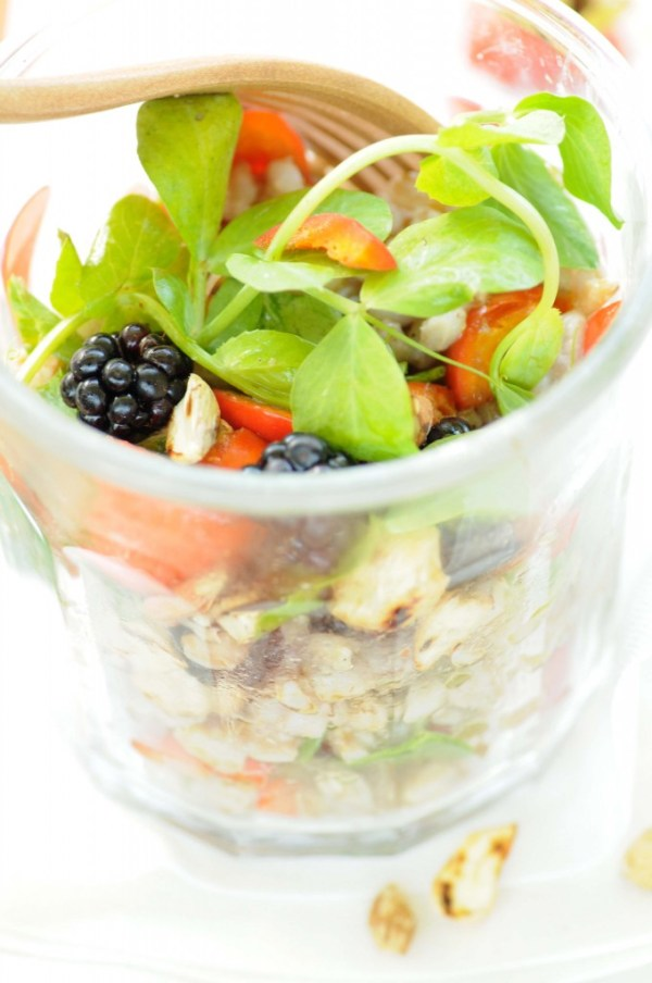 salat af perlebyg hyben brombær
