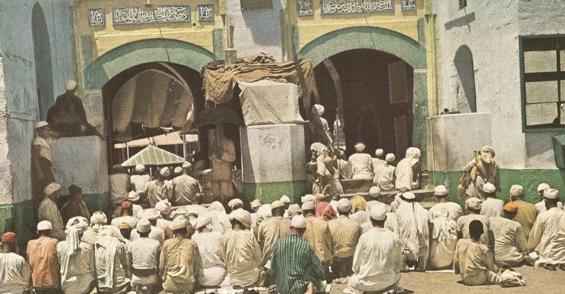 8. Shalat di pintu masjid