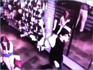 Hátborzongató biztonsági kamerás videó: Nem látszódott a tükörben az egyik vásárló!