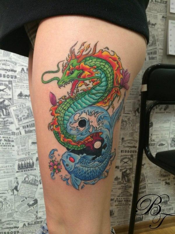 Фото татуировка на бедре у девушки дракон и карп