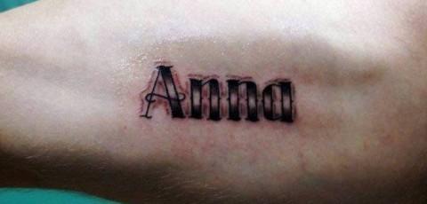 Фото тату на бицепсе парня - женское имя анна