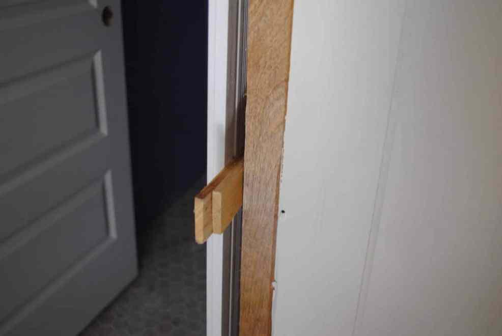 Master Bathroom: We Gots a Door and a Window!