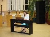 Lengyel Lili zongorázik