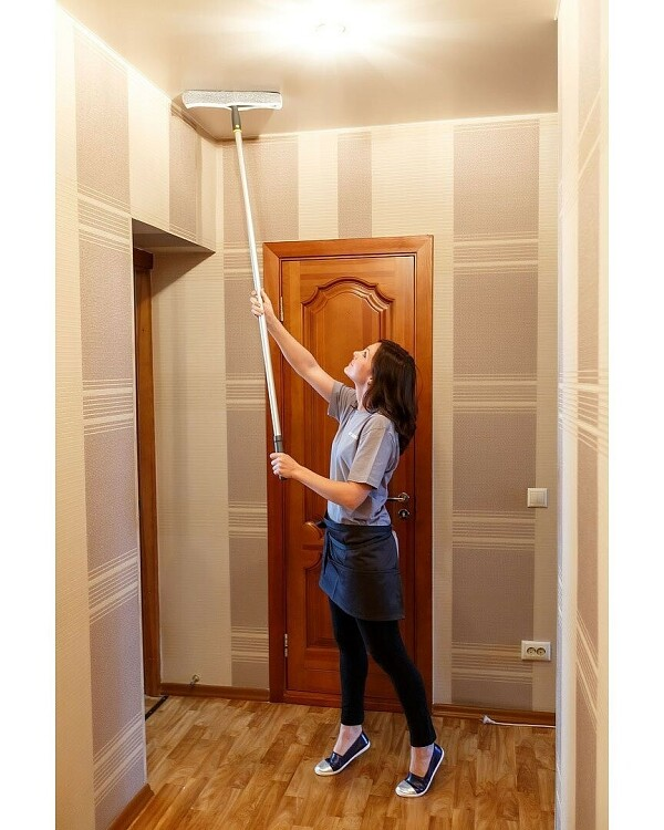 Spălați tavanul cu un mop N ...