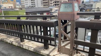 かつての鉄路を照らす【金田跨線橋の架線柱】