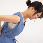 腰周りの張りに悩む女性