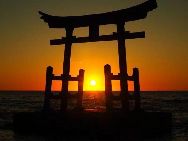 【初山別村】「みさき台公園」海に浮かぶ金比羅神社の鳥居越しの夕日