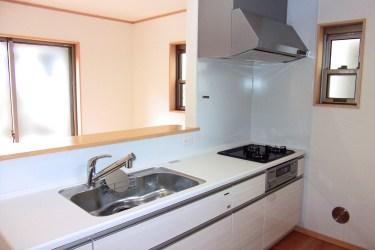 キッチンの窓を収納スペースに!使いやすく可愛い収納アイデア