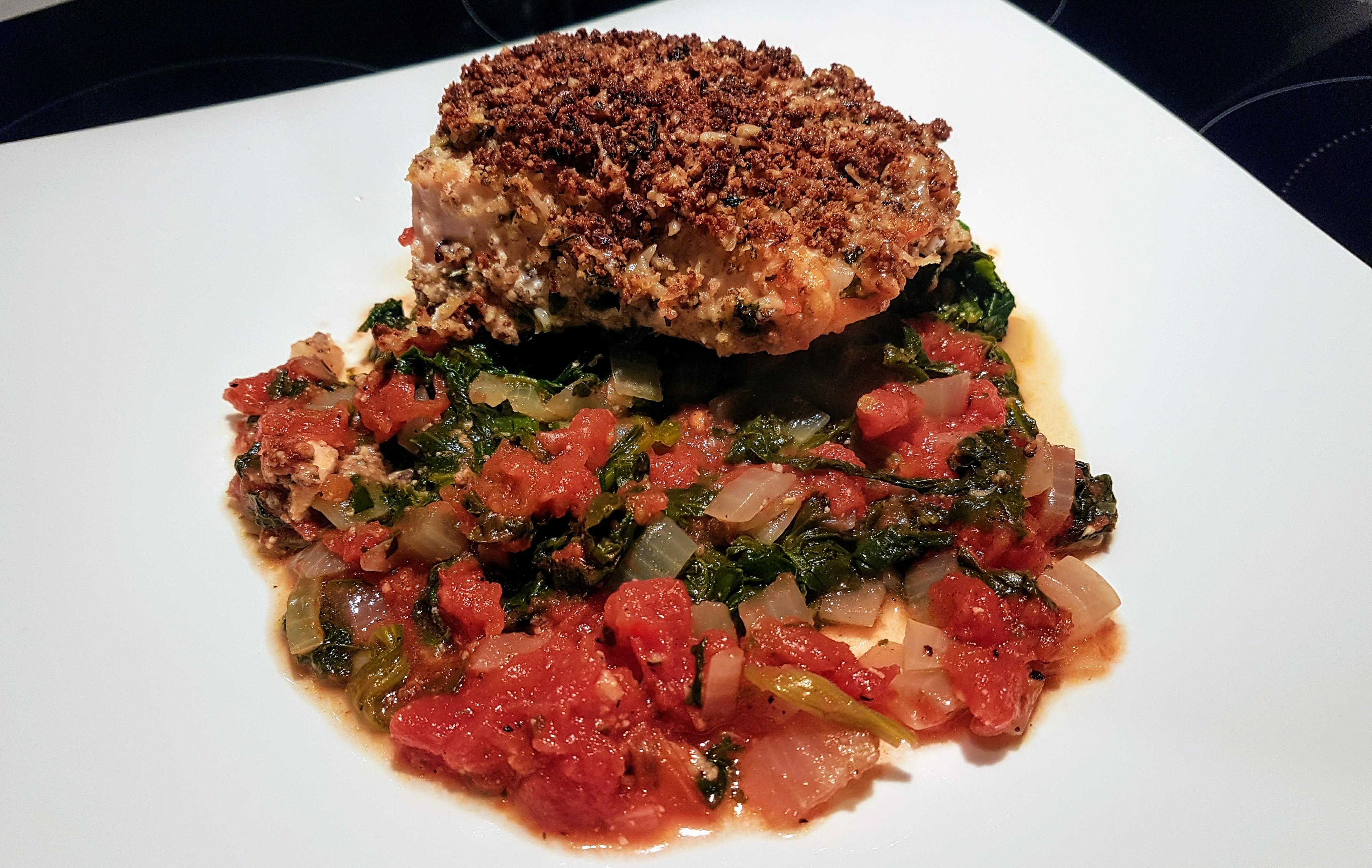 Low Carb Lachsfilet mit Parmesankruste auf Tomaten-Spinat