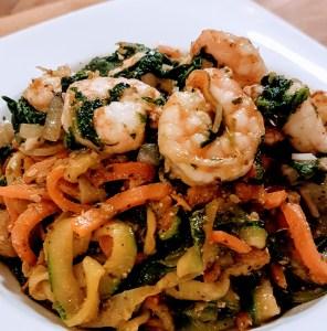Gemüse Spaghetti mit Spinat Pesto und Garnelen