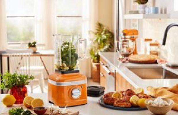A kitchen featuring a KitchenAid® Blender in Honey filled with garlic, oil and other herbs., UN Vacancy February 2021
