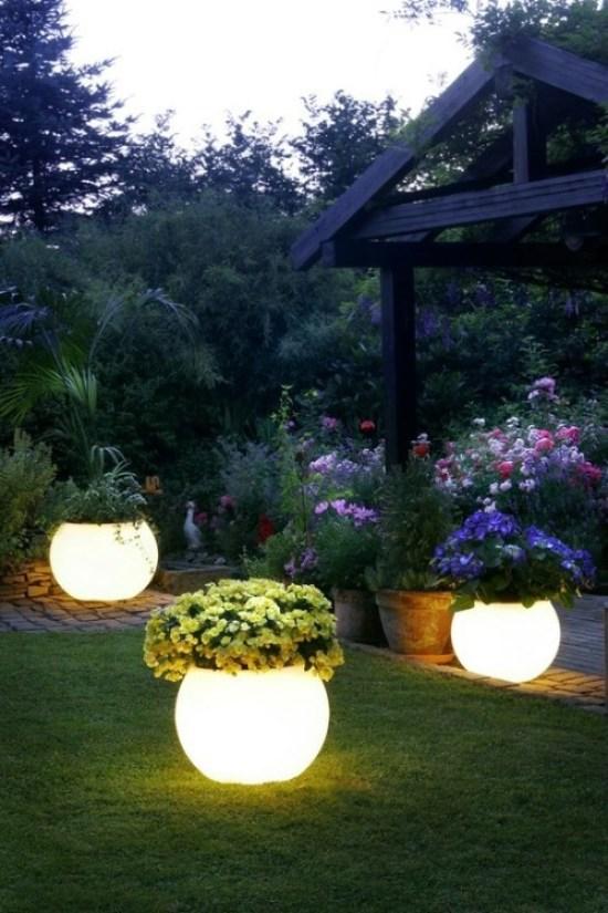 vasi luminosi che sono in grado di rendere magico qualsiasi giardino