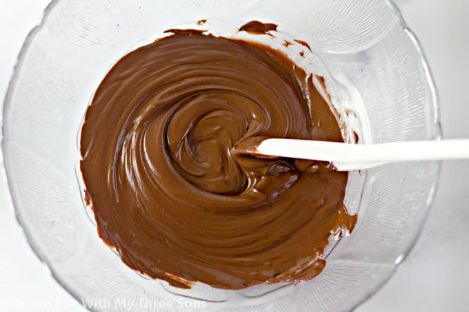 melted chocolate and peanut butter in a clear bowl