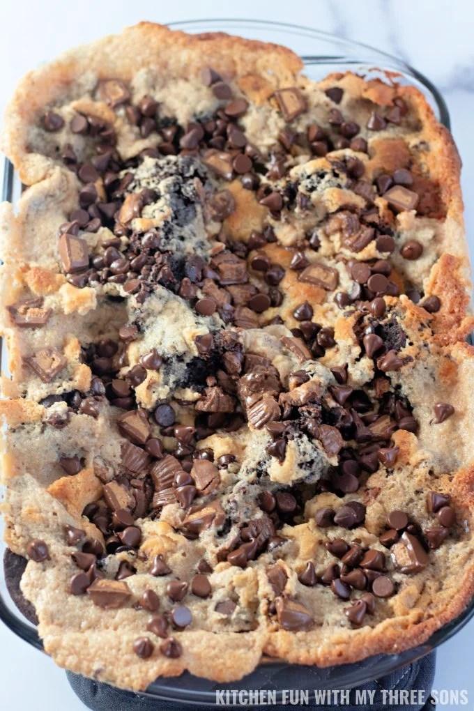 svježe pečena zemljotresna torta Reese's Peanut Butter.