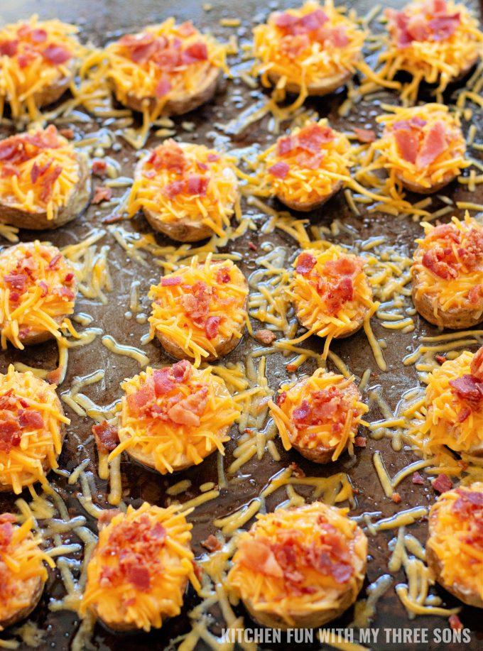 kriške krumpira prelivene sirom i slaninom.