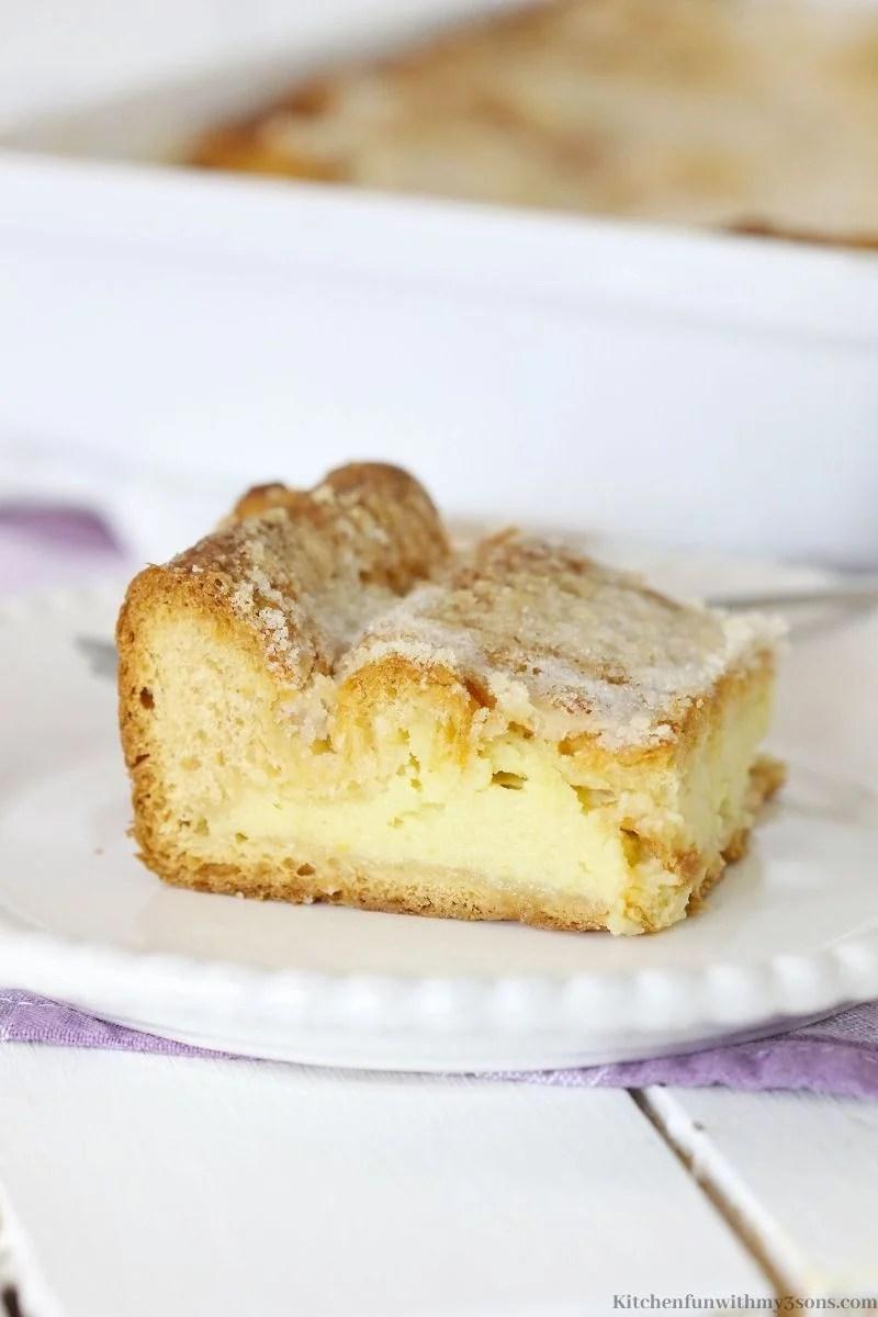 Komad torte od sira na tanjuru.