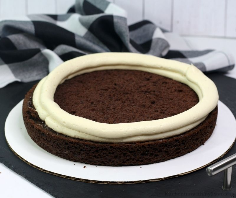 Prsten mraza oko sloja torte.