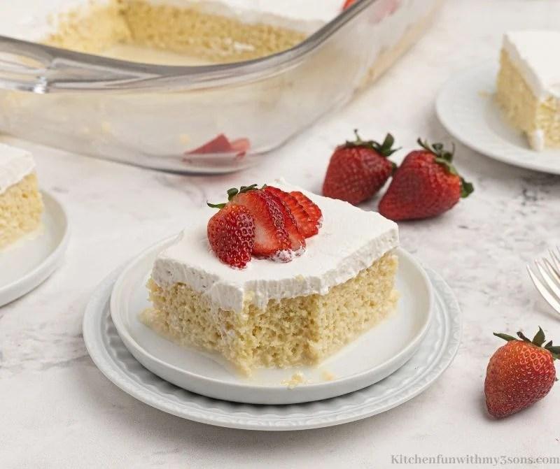 Torta Tres Leches uz izvađen zalogaj.