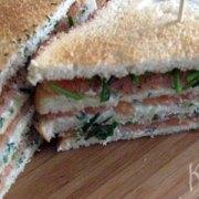 Clubsandwich met gerookte zalm en tzatziki