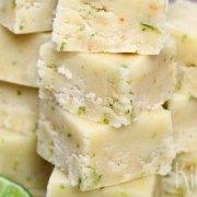 Fudge van witte chocolade, kokos en limoen