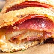 Opgerold salami-kaasbrood