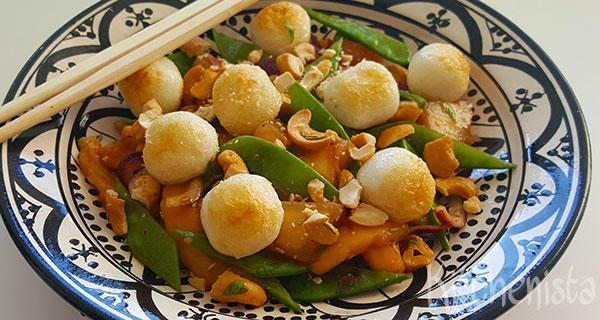 Pittige Thaise salade met mango en visballetjes