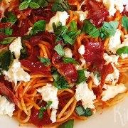 Spaghetti caprese met krokante ham