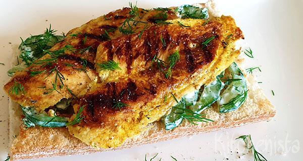 Broodje gegrilde kerriekip met komkommer