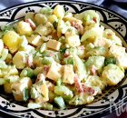Salade met aardappel, bleekselderij, kaas en spekjes