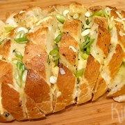 Plukbrood met kaas, ui en knoflookboter
