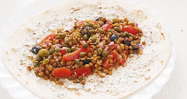 Wraps met linzen, olijven, tomaat, kappertjes en feta