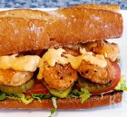 Po' boy sandwich met gefrituurde garnalen