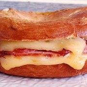 Warme bagels met ham, kalkoen en emmentaler